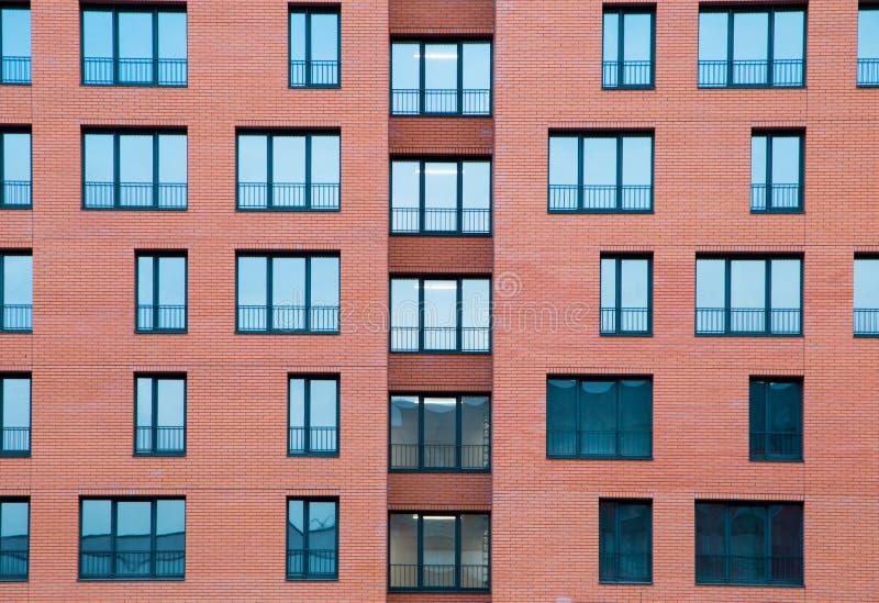 Architekturaußendetail des Wohnwohngebäudes mit Ziegelstein-Fassade lizenzfreie stockbilder