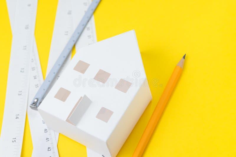 Architekturdesign-tools oder Projektplan für errichtendes Hauskonzept, selektiver Fokus auf Weißbuchhandwerkshaus mit Fenstern un stockbilder