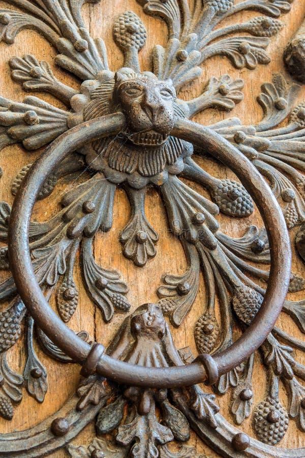 Architekturdetail über die Tür von Notre Dame de Paris stockbild