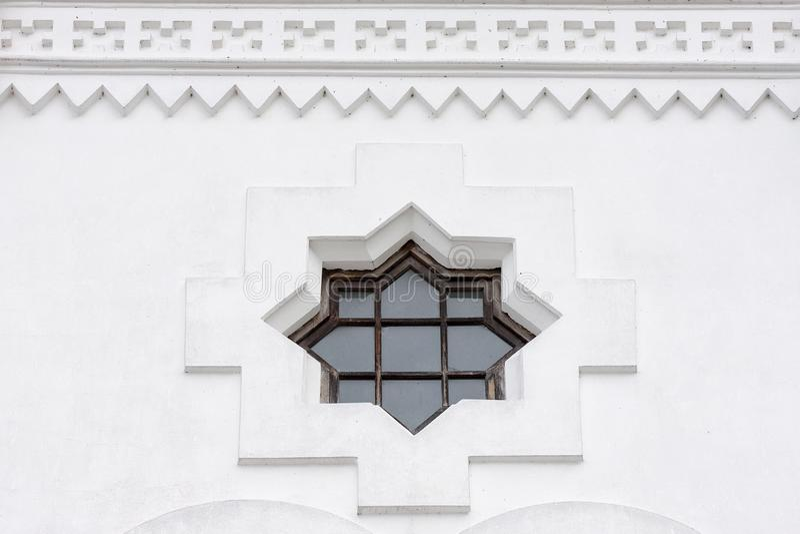 Architekturdetail über ein Fenster sternförmig mit acht Ecken a lizenzfreies stockbild