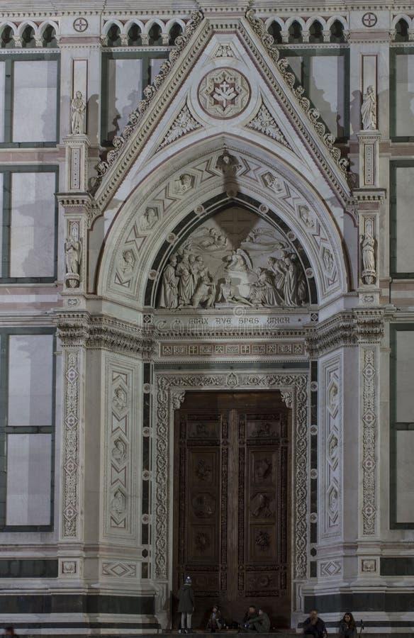 Architekturdetail der Haupttür der heiligen Querkirche stockbilder
