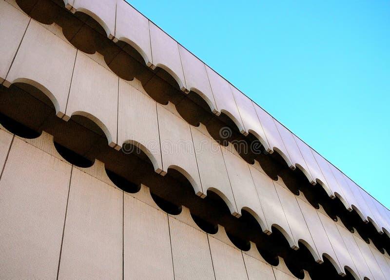 Architekturdetail des zeitgenössischen Außenwellen-Musters lizenzfreie stockfotos
