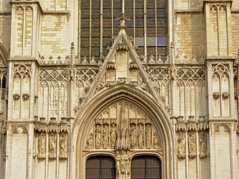 Architekturdetail von Brüssel-Kathedrale mit Bogen und Statuen von Heiligen lizenzfreies stockbild