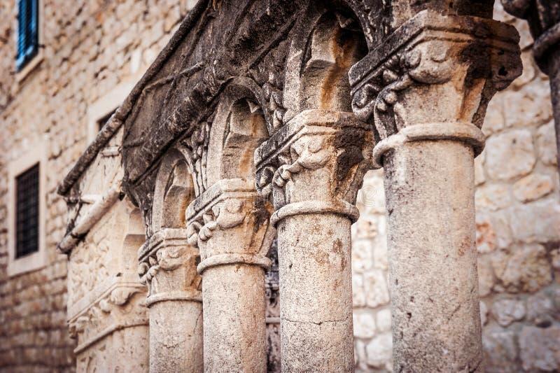 Architekturdetail von Spalten in der alten Stadt von Dubrovnik stockbilder