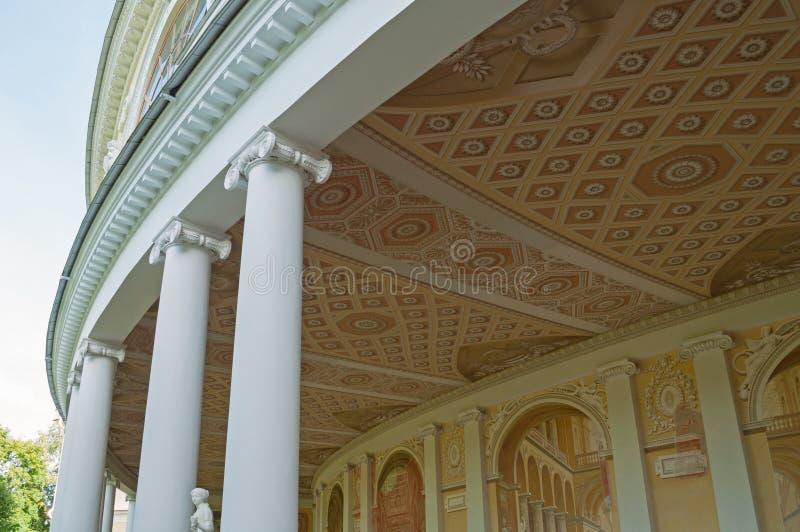Architekturdetails von Gonzaga Gallery-Gebäude, äußere Ansicht des bildhauerischen Ensembles in Pavlovsk, St Petersburg, Russland lizenzfreie stockfotografie