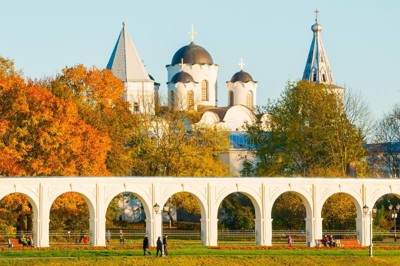 Architekturherbstlandschaft Säulengang von Yaroslav Courtyard- und Sankt- Nikolauskathedrale Veliky Novgorod, Russland stockfoto