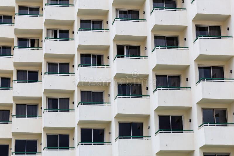 Architekturmuster von Fenstern und von Balkonen stockbild