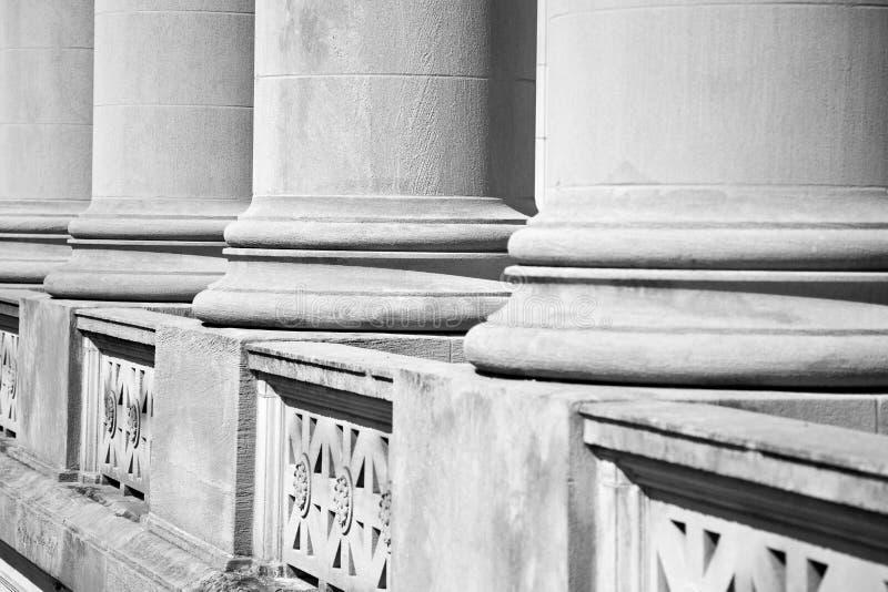 Architekturspalten auf einem Bundesgericht stockbilder