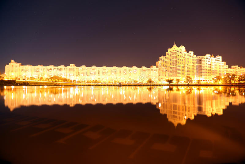 Architekturwolkenkratzernachtabend-Himmeldamm stockfoto