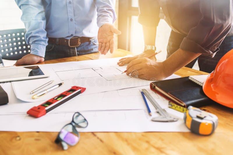 Architektury inżynierii pracy zespołowej spotkanie przy miejscem pracy planować d obrazy stock