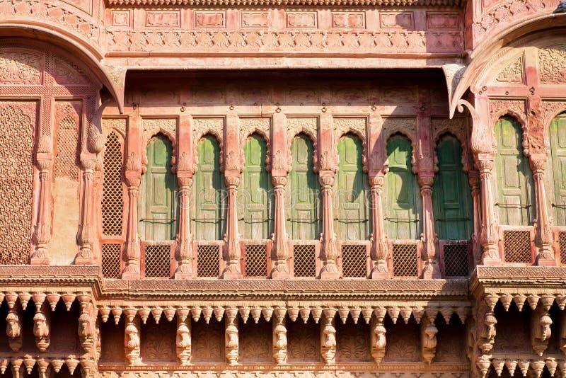 architektury ind deseniowy czerwieni kamień Przód stary dwór z balkonami obraz royalty free