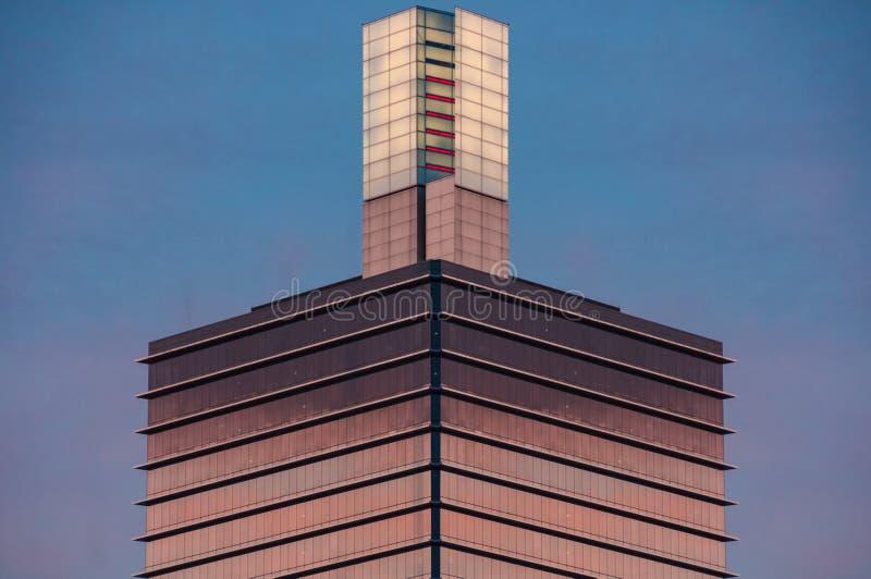 Architektury tło symetryczny drapacz chmur wierza z szklaną ścianą zdjęcia royalty free