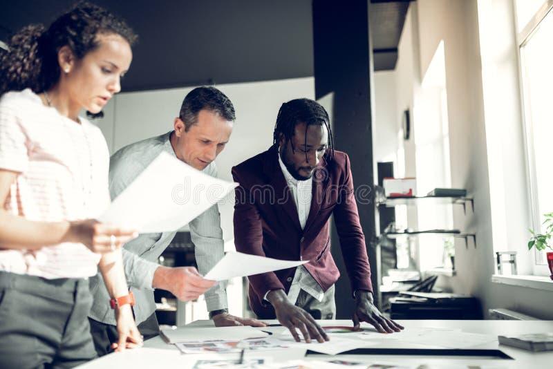 Architetti arredatori che hanno 'brainstorming' circa il nuovo progetto fotografie stock libere da diritti