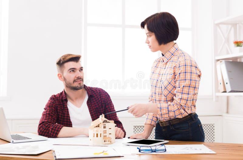 Architetti che creano il modello della casa in ufficio immagine stock libera da diritti