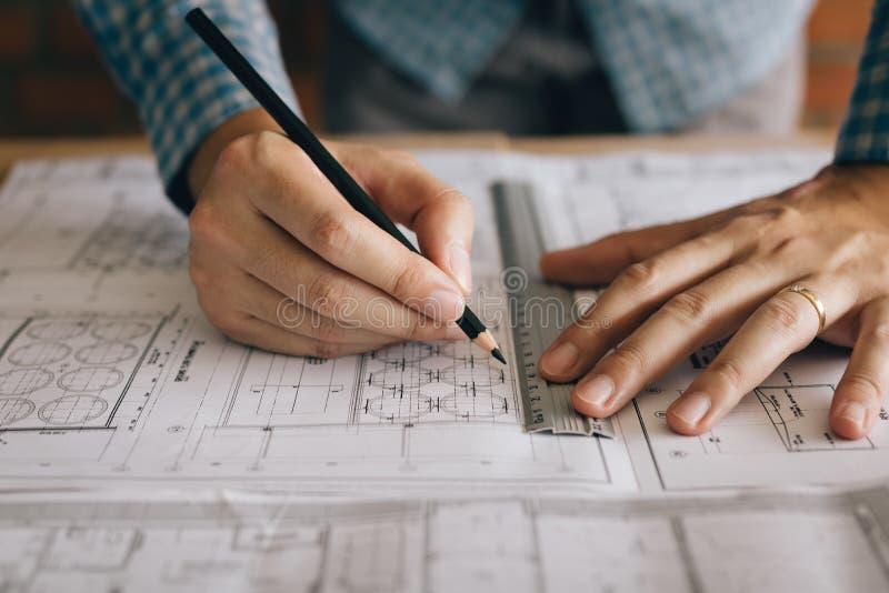 Architetto arredatore o modelli d'esame e tenuta dell'architetto fotografie stock libere da diritti