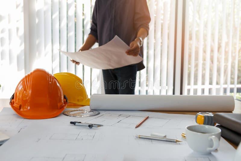 Architetto che lavora in un ufficio Modello della tenuta dell'ingegnere in ufficio, concetto architettonico fotografia stock