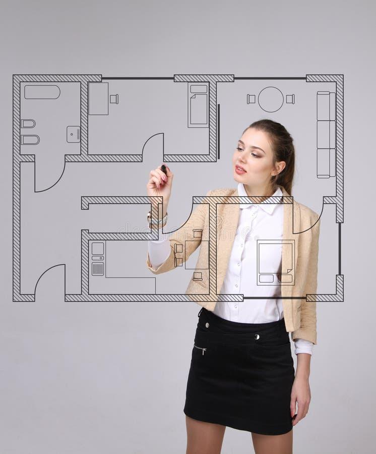 Architetto femminile che lavora con un piano virtuale dell for Progettista di garage virtuale