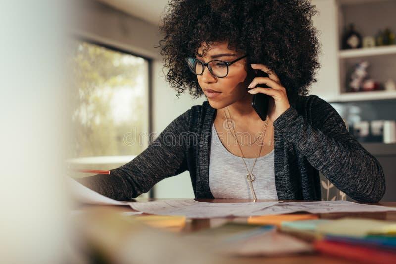 Architetto femminile che parla con il cliente sopra il telefono fotografie stock