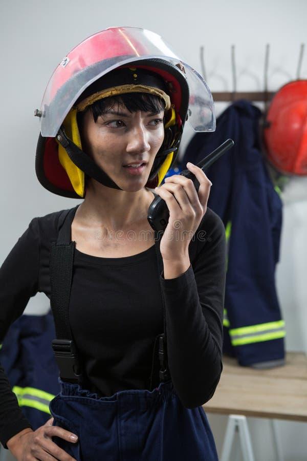Architetto femminile che parla sul walkie-talkie immagine stock
