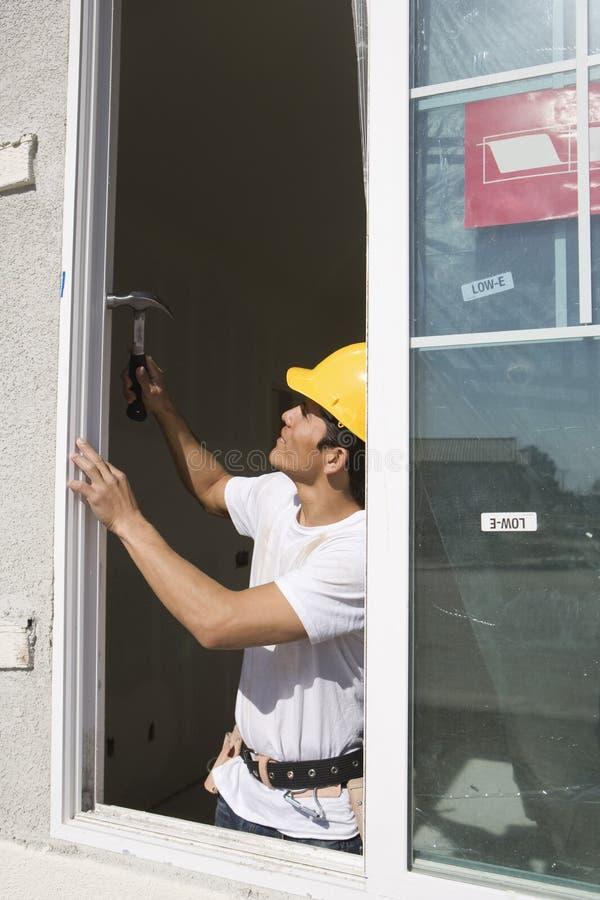 Architetto Installing New Window fotografia stock libera da diritti