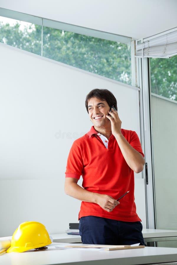 Architetto maschio On Phone Call fotografie stock