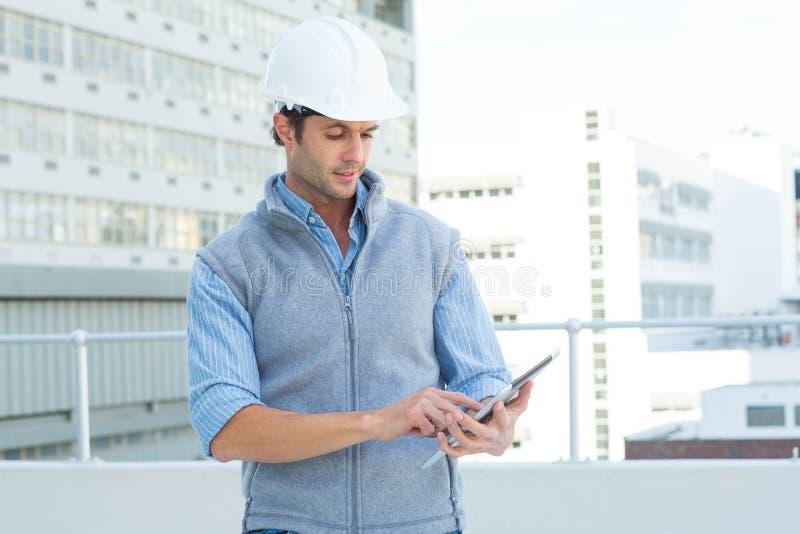 Architetto maschio Using Digital Tablet fotografia stock libera da diritti