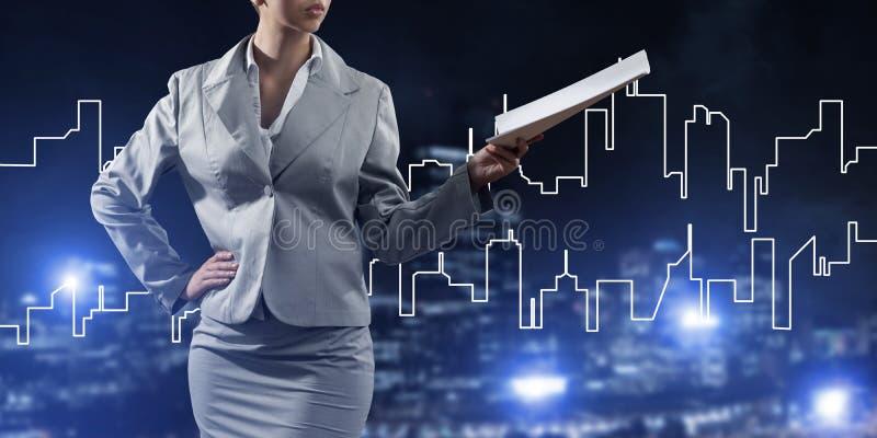 Architetto o ingegnere della donna che presenta concetto della costruzione e che giudica i documenti disponibili immagine stock libera da diritti