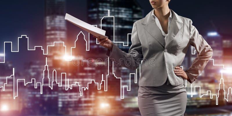 Architetto o ingegnere della donna che presenta concetto della costruzione e che giudica i documenti disponibili illustrazione vettoriale
