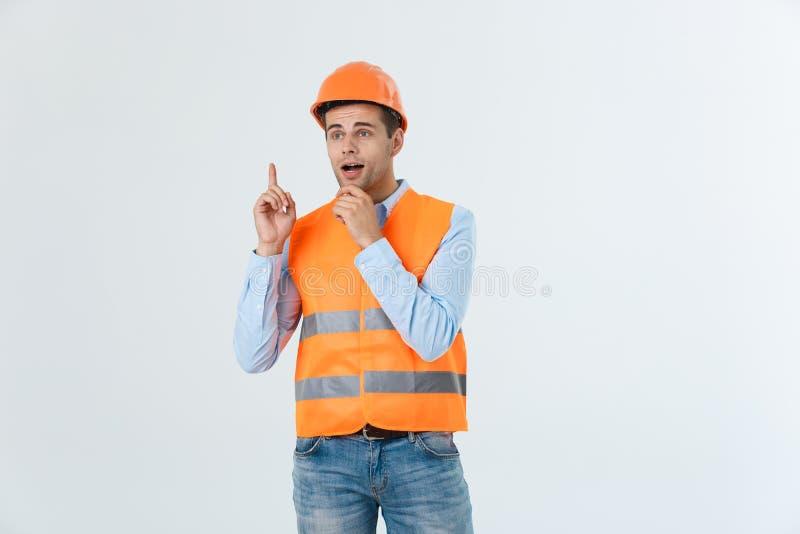 Architetto o ingegnere immaginario che cerca e che pensa ai nuovi progetti Elmetto protettivo giallo d'uso e maglia riflettente fotografia stock