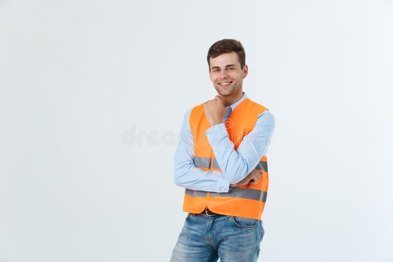Architetto o ingegnere immaginario che cerca e che pensa ai nuovi progetti Maglia riflettente d'uso su bianco fotografia stock libera da diritti