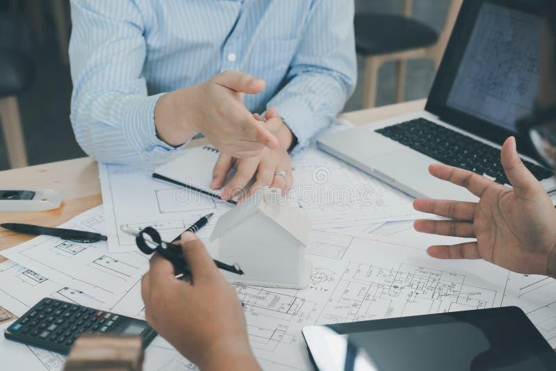 Architetto o pianificatore che lavora ai disegni per costruzione immagini stock