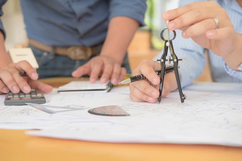 Architetto o pianificatore che lavora ai disegni per costruzione fotografia stock libera da diritti