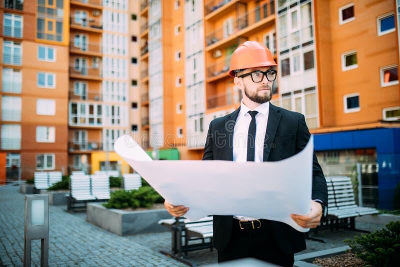 Architetto sui documenti del controllo del sito del construciton e flusso di lavoro di affari su - Lavoro architetto berlino ...