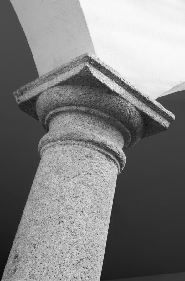 Architettonic kolonner som en är sneda i svartvitt arkivbild
