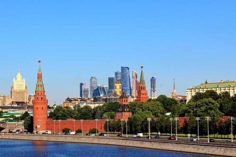 Architettura antica e moderna di Mosca che aspira su fotografia stock