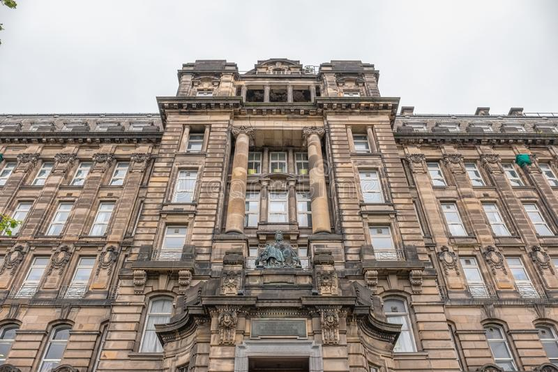 Architettura antica impressionante di Glasgow che rispetta il lato di Glasgow Royal Infirmary con la statua della regina Victoria immagine stock