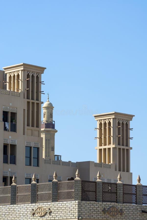 Architettura araba moderna con i windtowers fotografia stock libera da diritti