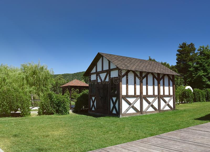 Architettura, casa bianca moderna con il giardino, all'aperto fotografia stock