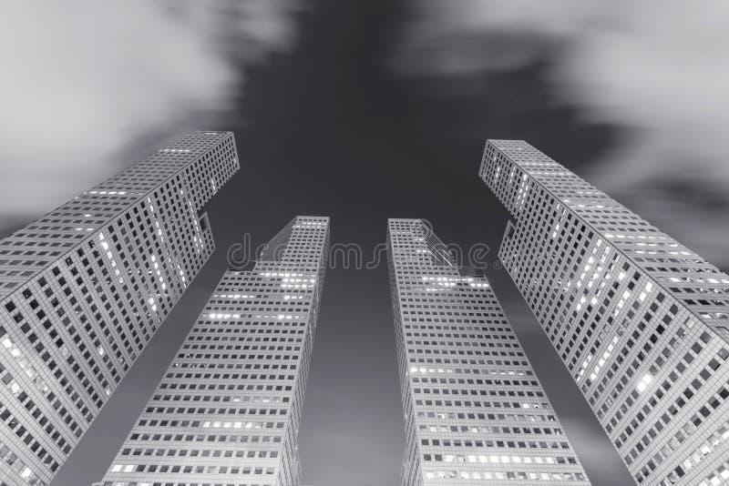 Architettura in città, costruzione moderna di altezza con le nuvole commoventi i fotografia stock