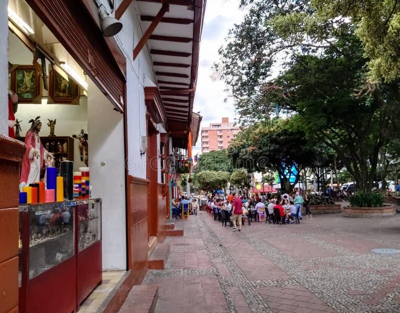 Architettura coloniale tipica del parco principale di Sabaneta, Antioquia La gente che ha divertimento immagine stock libera da diritti