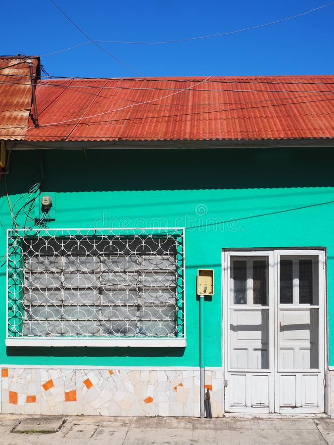 ARCHITETTURA COLOURFUL DELLA PORTA & DI WINDOWS - FLORES, GUATEMALA fotografia stock libera da diritti