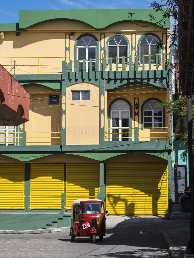ARCHITETTURA COLOURFUL DELLA PORTA & DI WINDOWS - FLORES, GUATEMALA immagine stock libera da diritti