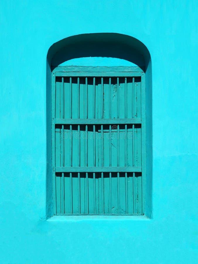 ARCHITETTURA COLOURFUL DELLA PORTA & DI WINDOWS - FLORES, GUATEMALA fotografie stock libere da diritti
