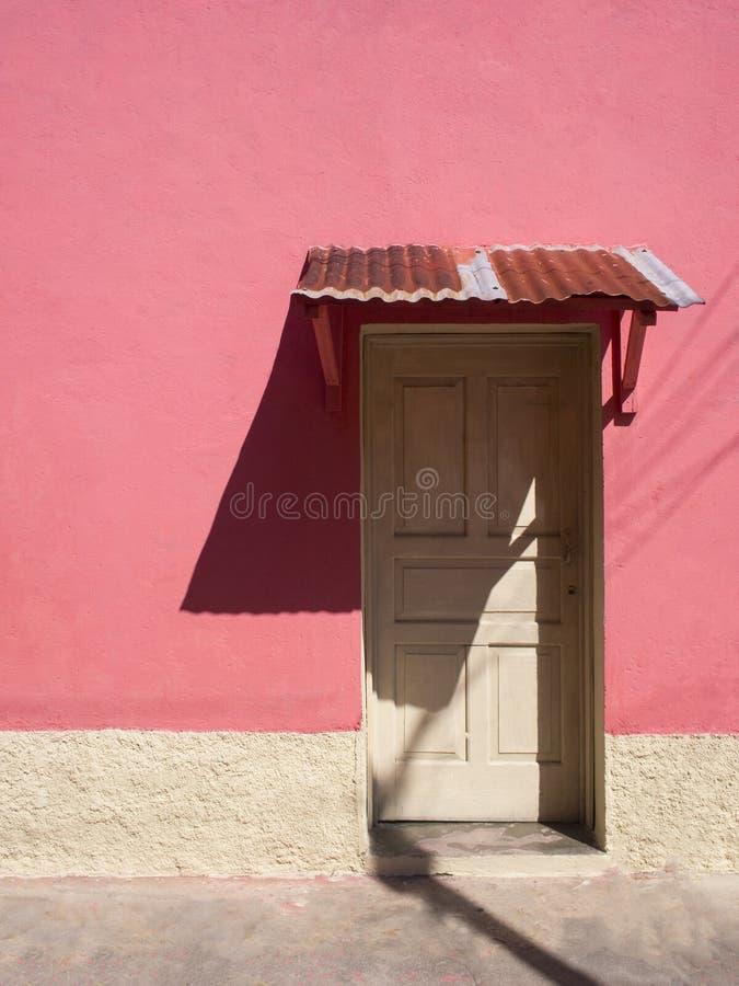 ARCHITETTURA COLOURFUL DELLA PORTA & DI WINDOWS - FLORES, GUATEMALA immagini stock libere da diritti