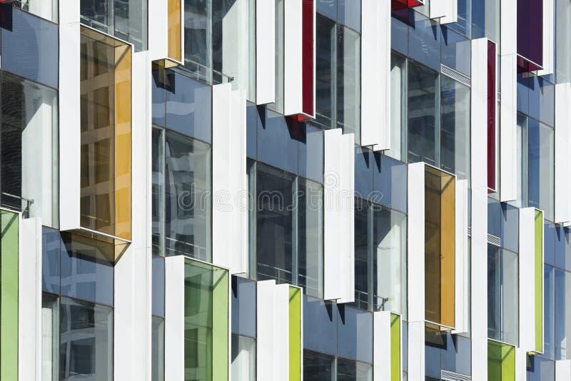 Architettura contemporanea con gli elementi di colore immagini stock