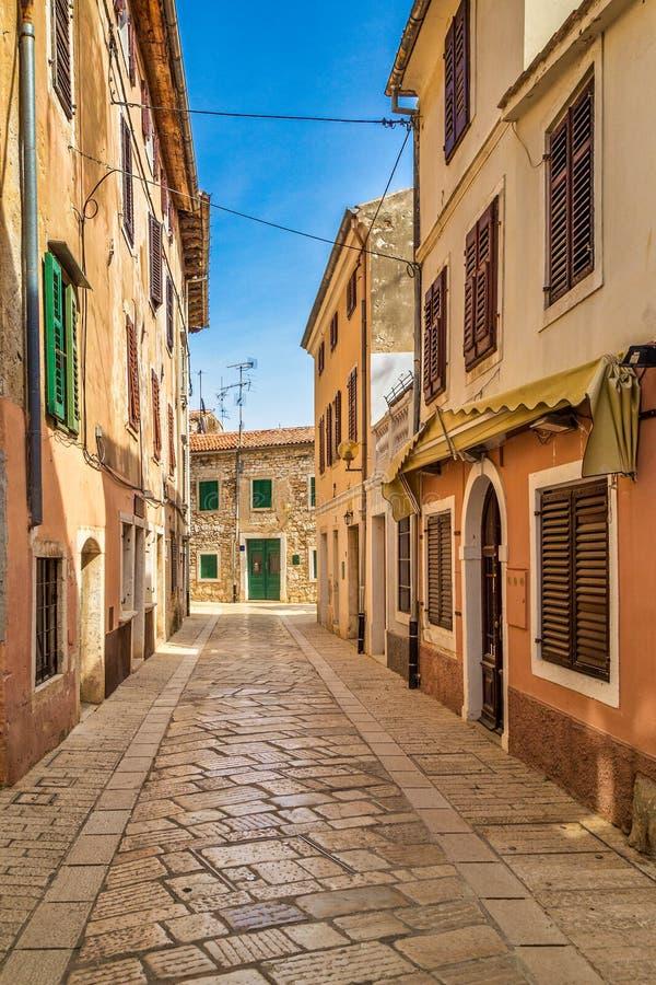 Architettura degli edifici per le strade di Porec, Croazia fotografia stock libera da diritti