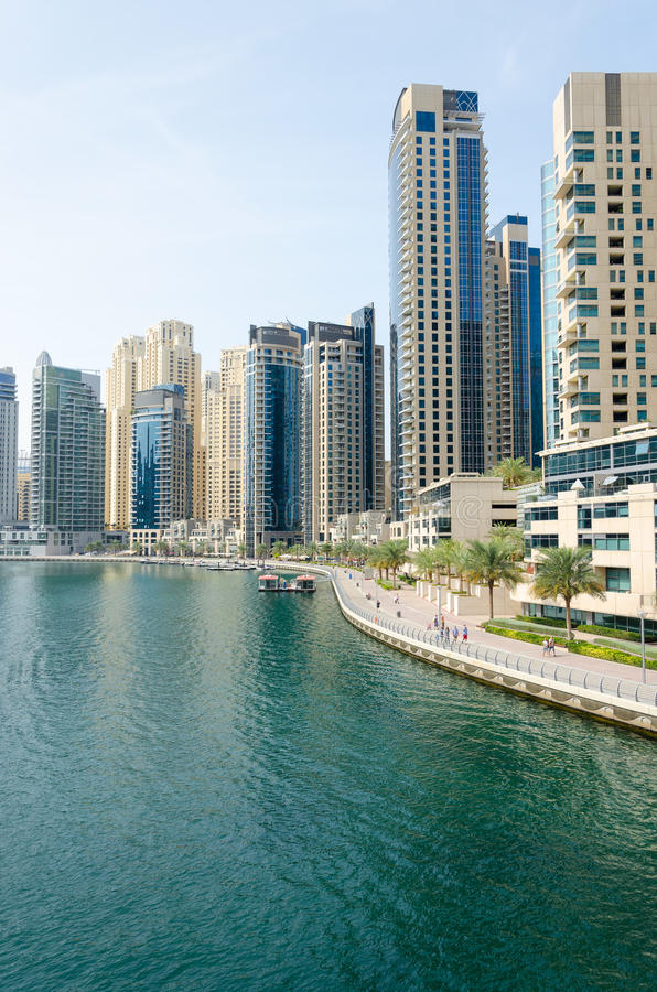Architettura del grattacielo del porticciolo del Dubai, UAE immagini stock libere da diritti