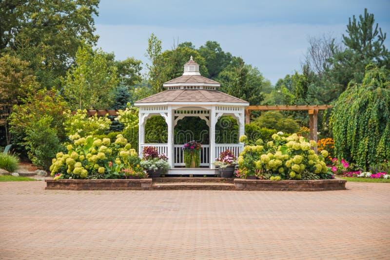 Architettura del paesaggio con il gazebo per il giardino di estate fotografia stock