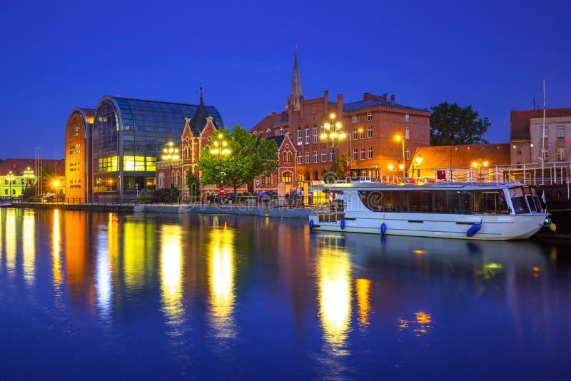 Architettura della città di Bydgoszcz con la riflessione nel fiume di Brda alla notte fotografia stock