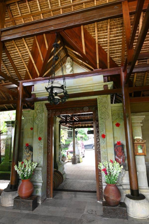 Architettura di balinese, porta principale dell'hotel fotografia stock libera da diritti